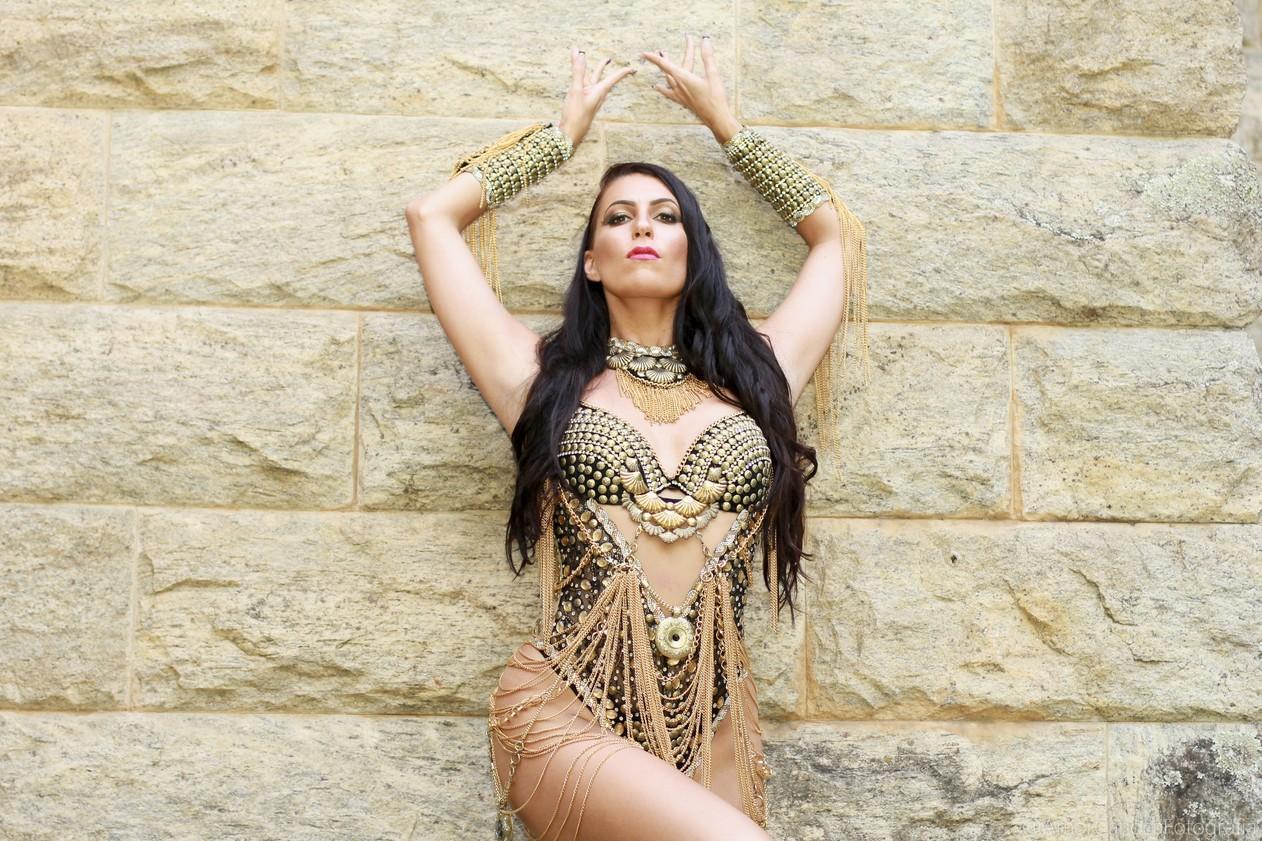 Australiana estreia como musa do Império Serrano: 'Amor pelo samba'