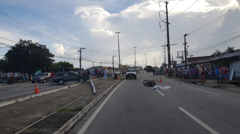 Atingido por carro, poste cai e mata mulher que estava em garupa de moto