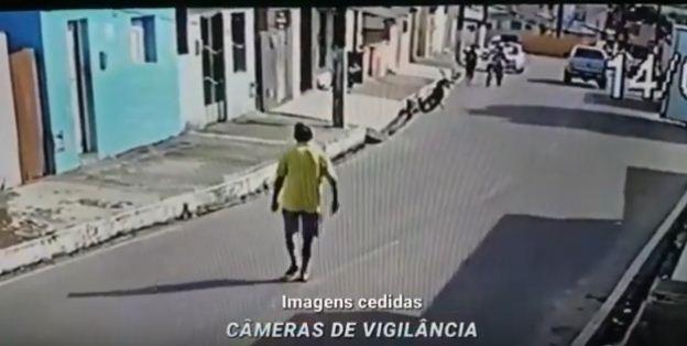 Câmeras de segurança registram o assassinato de um homem a facadas