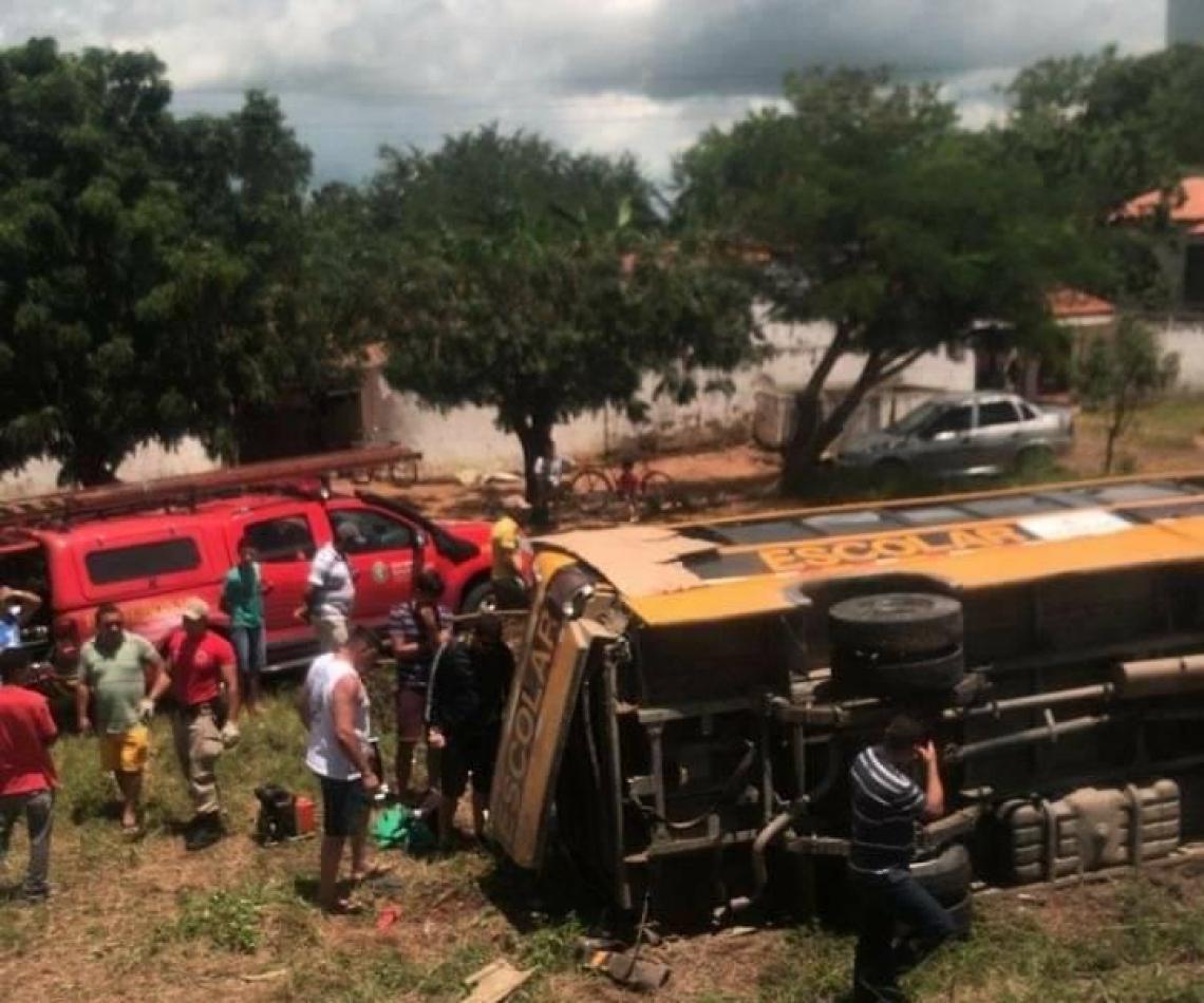 Cerca de 15 feridos, a maioria crianças, em transporte escolar que tombou em Forquilha