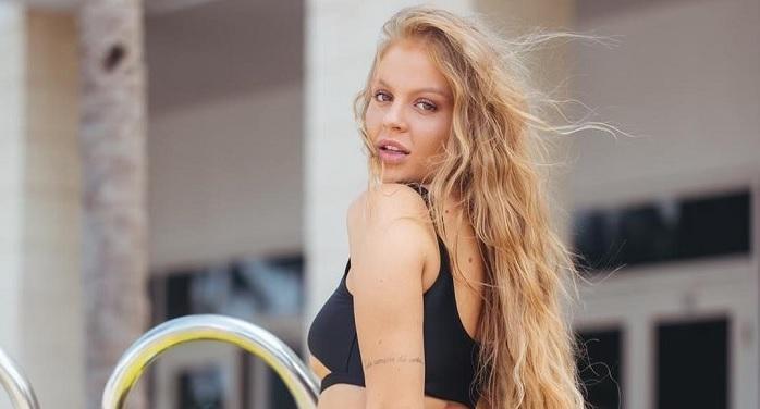 Luísa Sonza exibe bumbum avantajado ao provar coleção de biquínis