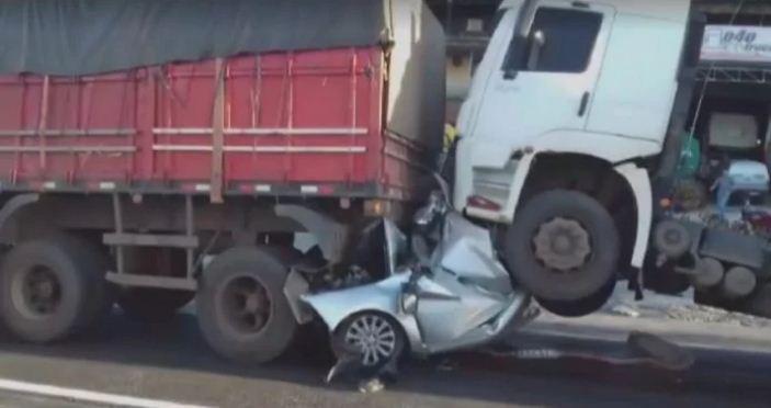 Motorista sobrevive após carro ser esmagado por duas carretas em MG