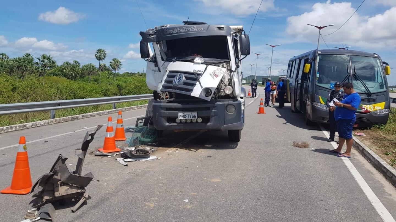 Quatro pessoas ficam feridas em colisão entre caminhão e micro-ônibus na CE-085