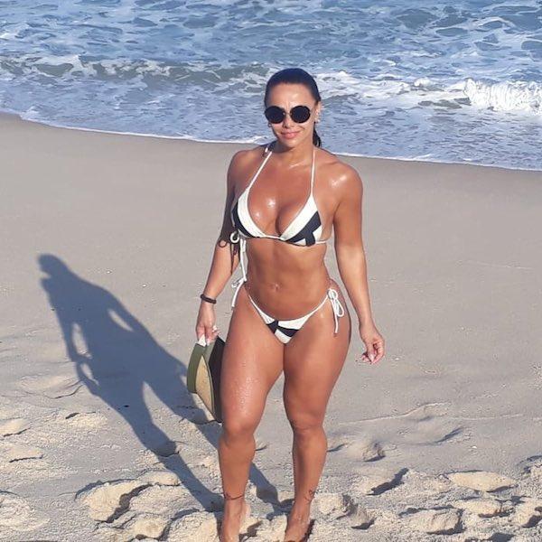 Clicada por amiga na praia, Viviane Araújo brinca: ''Para quê paparazzo?''