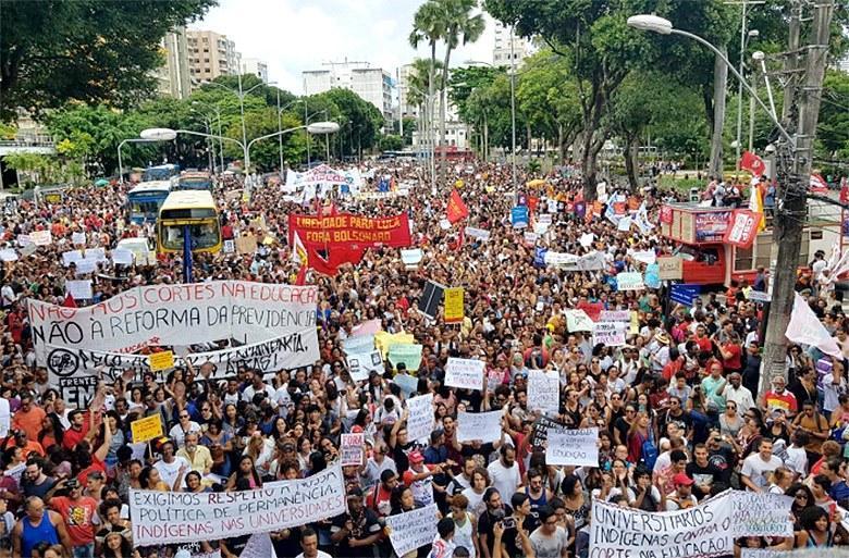 Estudantes e professores protestam em diversos estados contra cortes na Educação