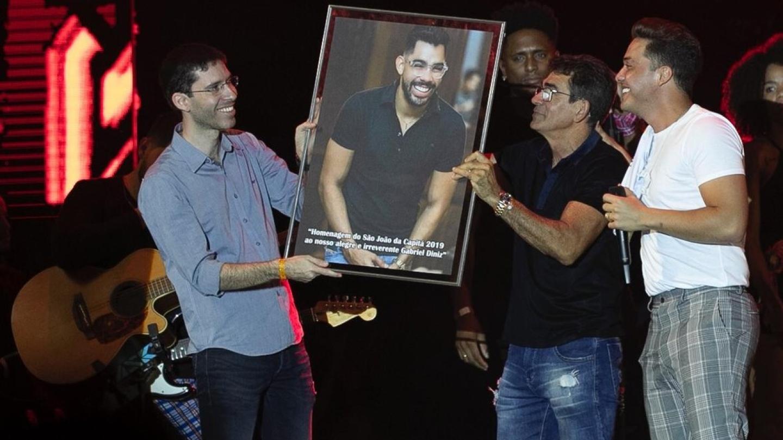 Wesley Safadão recebe pai de Gabriel Diniz no palco em homenagem ao cantor
