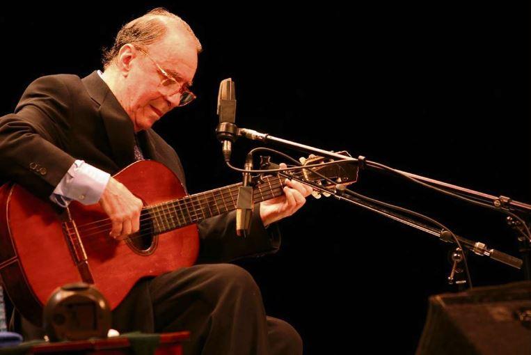 Morre, aos 88 anos, o cantor e compositor João Gilberto