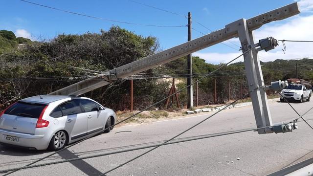 Motorista perde controle de carro, derruba poste e interdita a Via Costeira em Natal