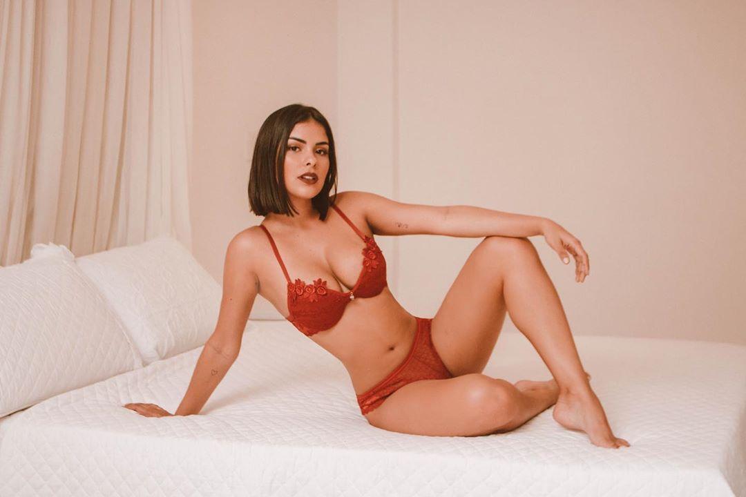 Ex-BBB Munik Nunes posa de lingerie em clima de