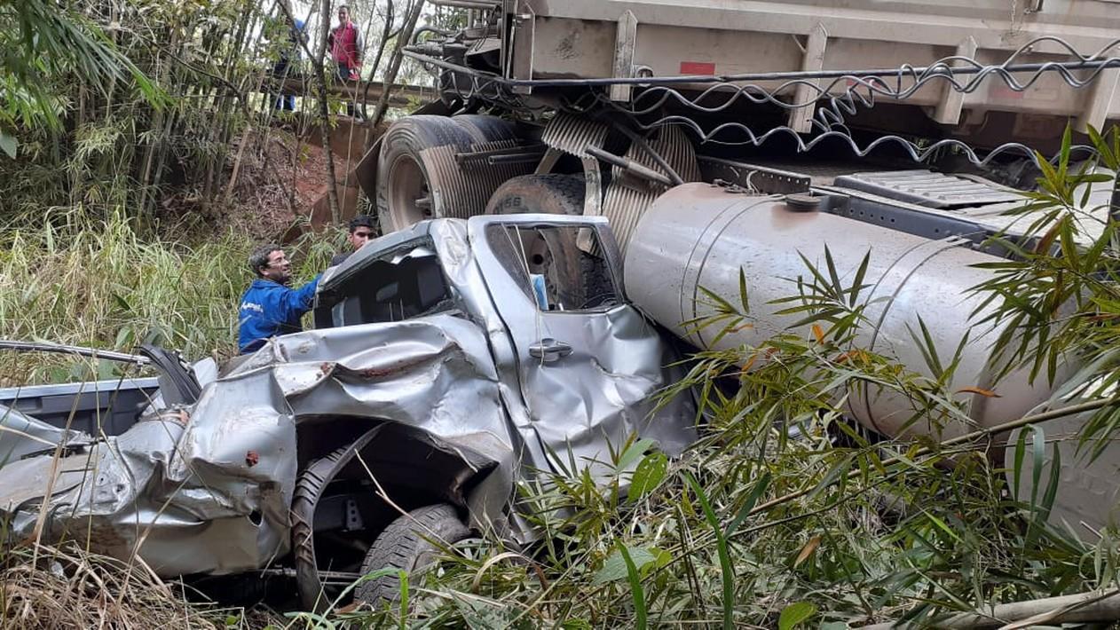 Idoso morre após caminhão esmagar caminhonete em rodovia de Angatuba