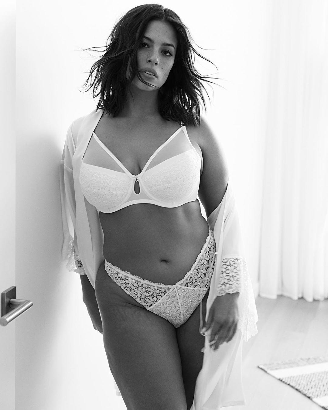 Modelo plus size Ashley Graham exibe estrias ao posar de lingerie branca