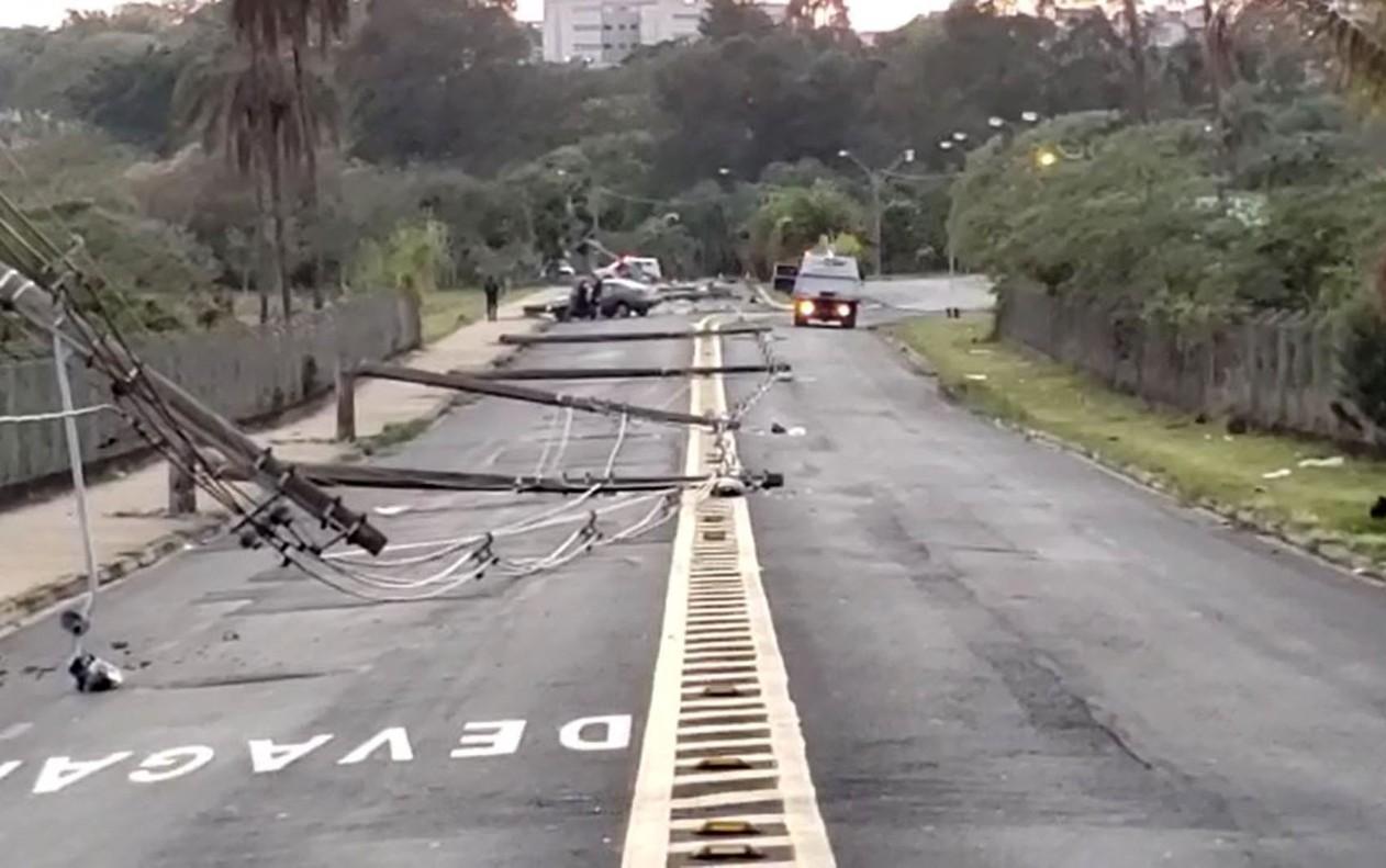 Arquiteto bate carro e derruba 11 postes de iluminação pública de uma vez em Franca, SP