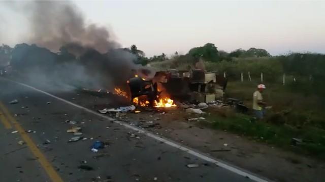 Bandidos atravessam ônibus na pista e explodem carro-forte na BR-226, no RN