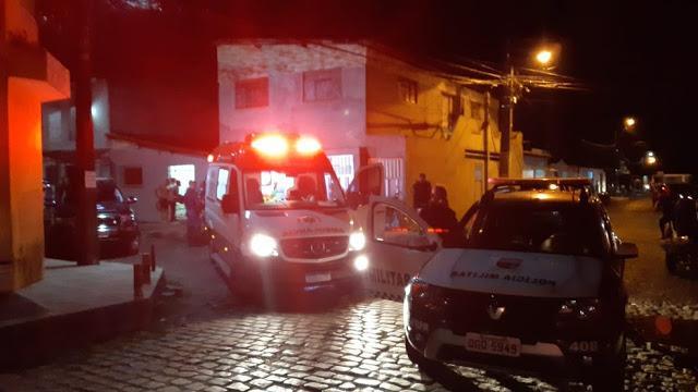 Homem faz duas mulheres reféns em Natal, esfaqueia as vítimas, é baleado pela polícia e morre