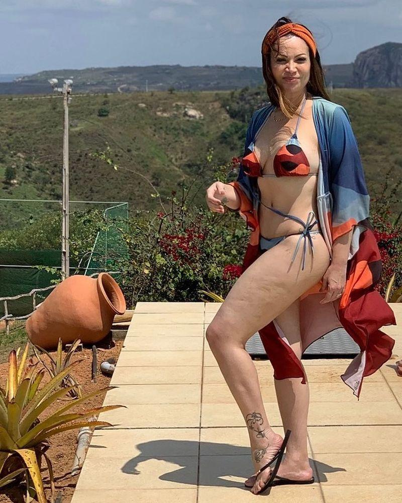 Solange Almeida exibe celulite ao posar de biquíni: