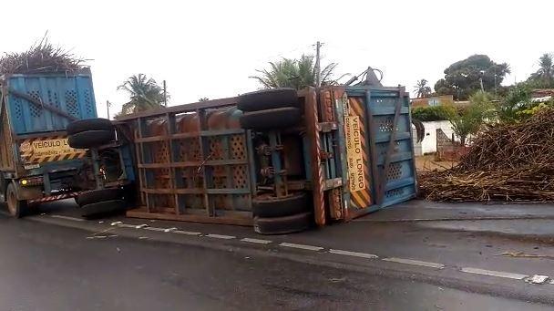 Caminhão com cana-de-açúcar tomba na BR-101 em São José de Mipibu, RN