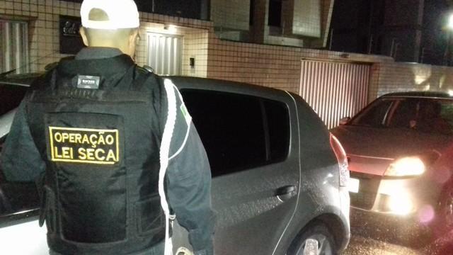 Blitz da Operação Lei Seca autua 36 motoristas que recusaram fazer teste do bafômetro em Natal