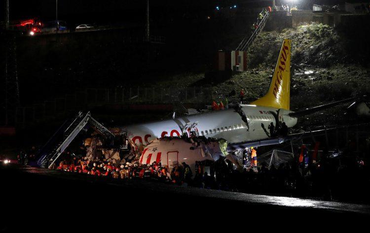 Avião sai de pista e se parte em três pedaços; passageiros ficaram feridos