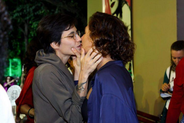Camila Pitanga dá beijão em namorada durante pré-estreia de peça