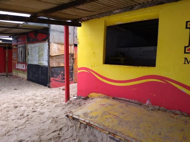 Corpo é encontrado dentro de barraca de praia em Natal; suspeita é de morte por descarga elétrica