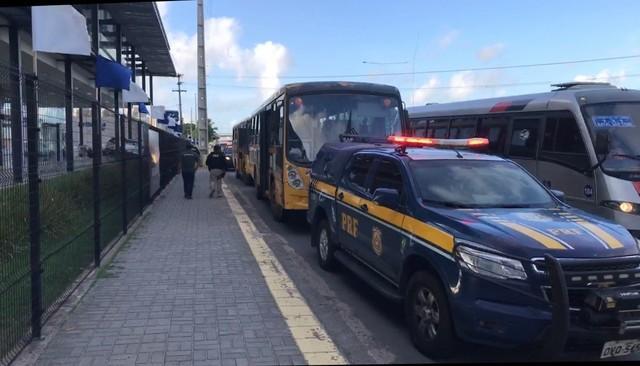 Na volta às aulas, PRF fiscaliza ônibus escolares em Natal