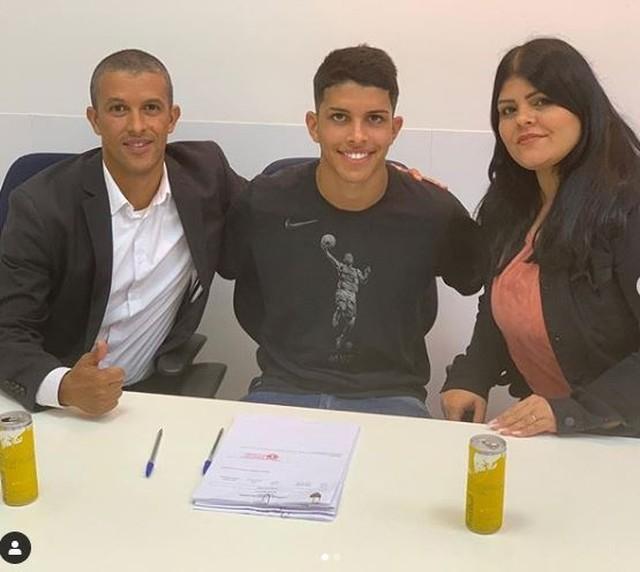 Sobrevivente do Ninho assina 1º contrato profissional com o Bragantino: