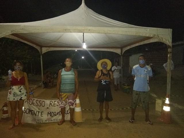 Por medo do coronavírus, moradores da praia de Sagi fecham a entrada da comunidade por conta própria
