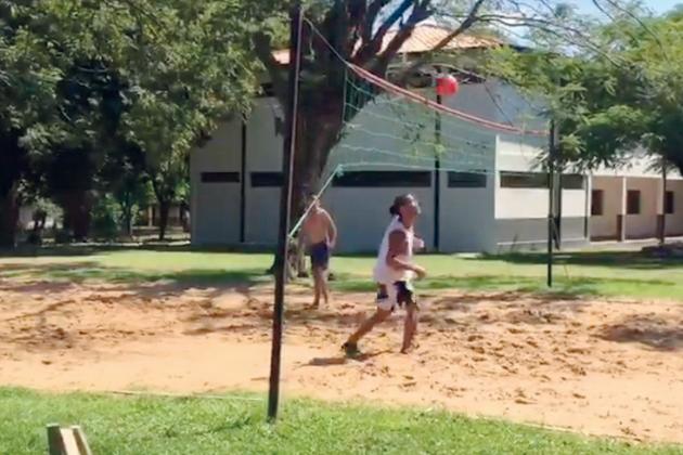 Preso há um mês, Ronaldinho Gaúcho usa futevôlei como passatempo no Paraguai