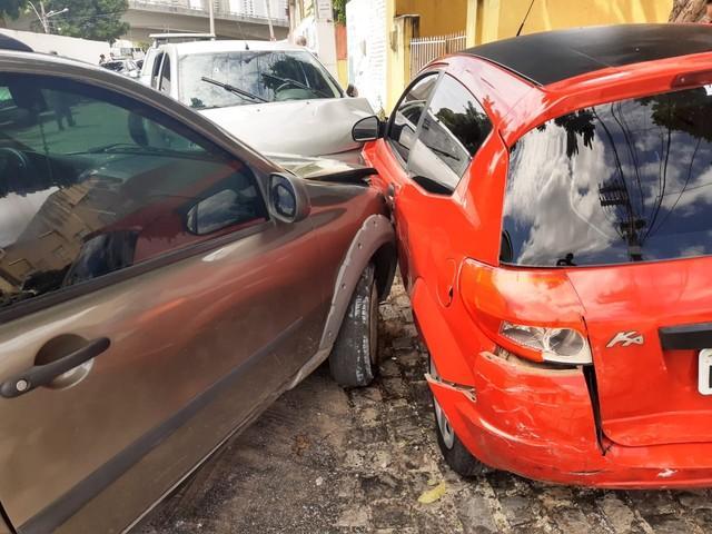 Após assaltar loja, bandidos trocam tiros com a PM, são perseguidos e batem em pelo menos 4 carros em Natal