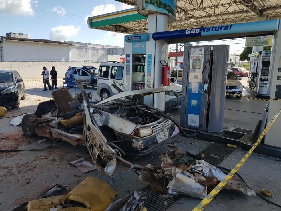 Carro a gás natural explode durante abastecimento