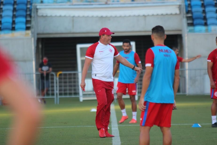 Roberto Fernandes comanda treino tático do América-RN na Arena das Dunas