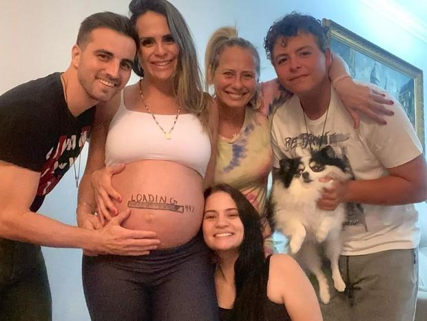 Aline Lima posa com família na reta final da gravidez: