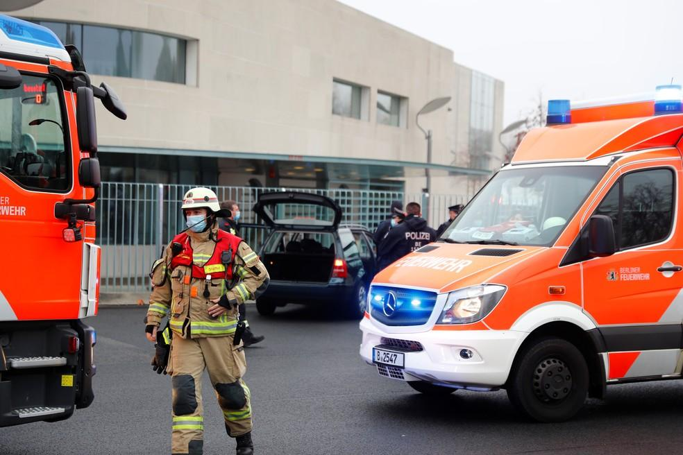 Carro bate no portão do escritório da chanceler Angela Merkel em Berlim; motorista é detido