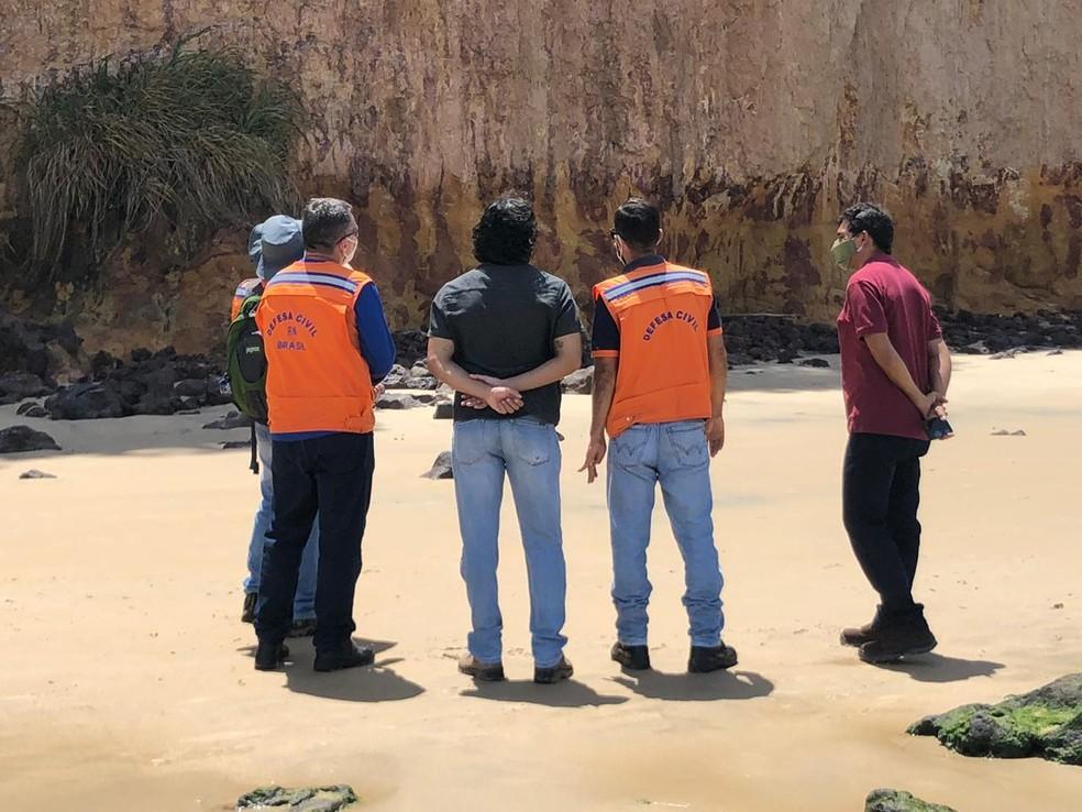 Técnicos da Secretaria Nacional de Defesa Civil fazem vistoria em trecho da falésia que desabou em Pipa