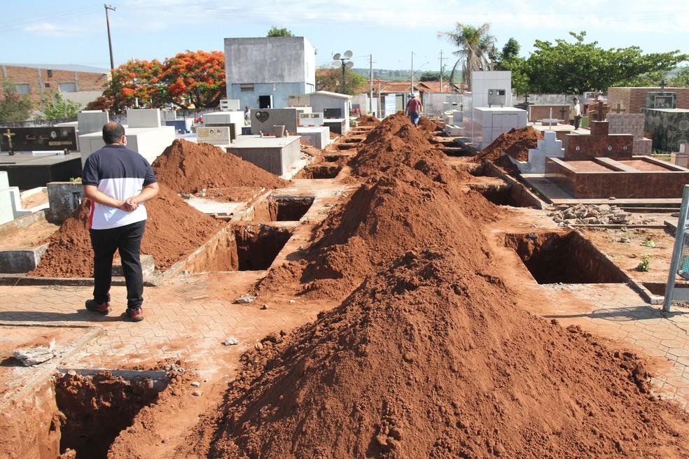 Vítimas de acidente entre ônibus e caminhão são enterradas no interior de SP